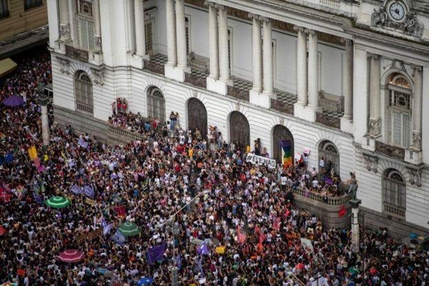 Mulheres foram às ruas na Cinelândia, no Rio de Janeiro; outros atos foram registrados em 114 cidades (Foto: AFP/BBC News)