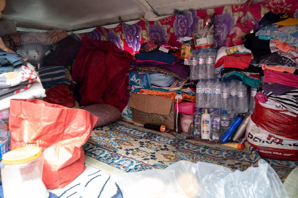 Kombi de Geraldo Pereira Gomes guarda alimentos e roupas — Foto: Marcelo Brandt/G1