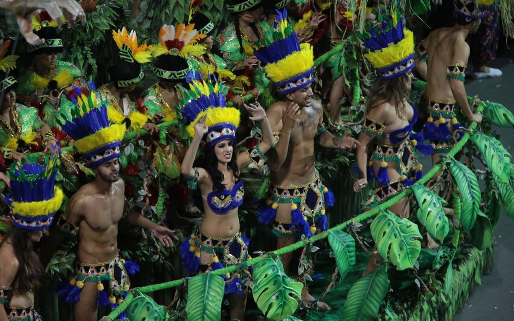 Integrantes representam os índios em desfile da Acadêmicos do Tatuapé (Foto: Ardilhes Moreira/G1)