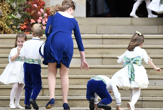 Louis de Givenchy,  um dos pajens do casamento, também caiu na entrada da capela. (Foto: Getty Images)
