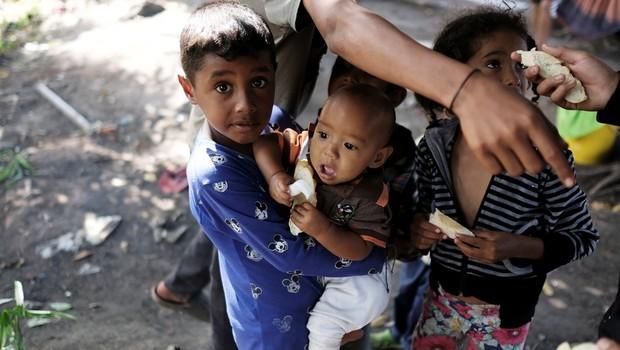 Crianças venezuelanas em Santa Elena, na fronteira com Pacaraima; na falta de opções, muitos acabam indo morar nas ruas da cidade brasileira (Foto: Reuters via BBC)