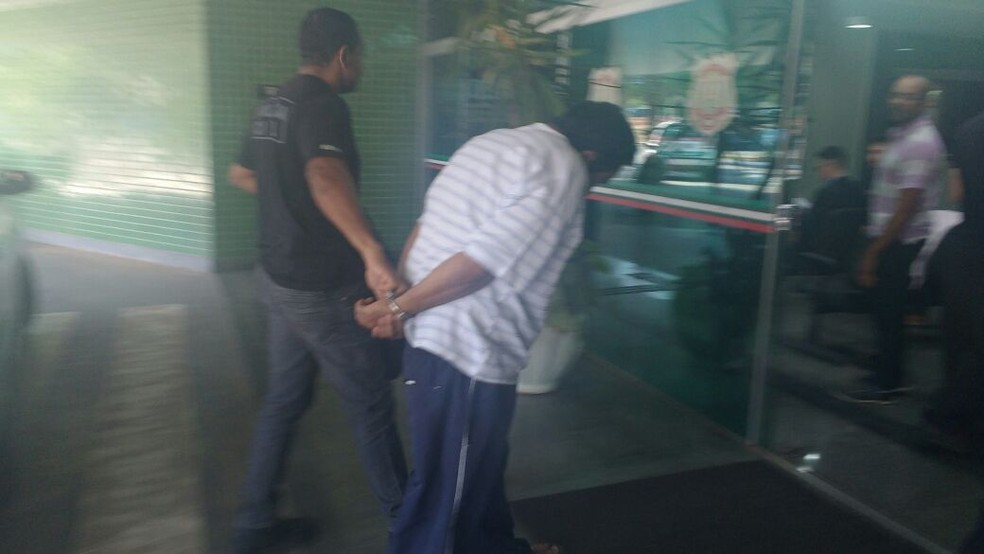 Suspeito de pedofilia chega à sede da Polícia Civil (Foto: Mara Puljiz/TV Globo)