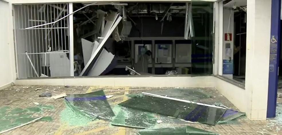 Caixa Econômica fica fechada para reparos em Nepomuceno (MG) — Foto: Reprodução/EPTV