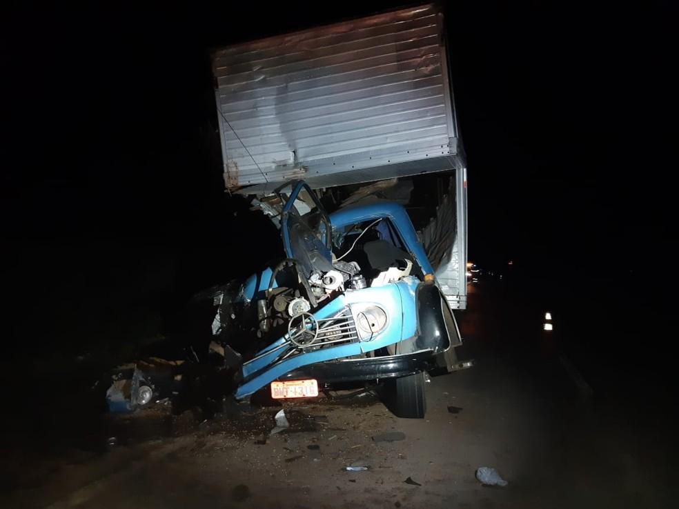 Caminhão bateu na traseira de uma carreta parada na pista. — Foto: PRF