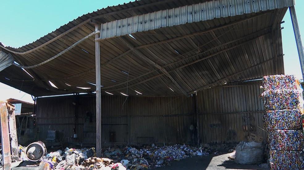 Incêndio destrói galpão de cooperativa de recicláveis em Orlândia (SP) — Foto: Marcelo Moraes/EPTV