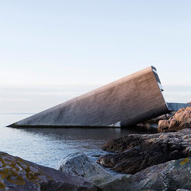 A entrada do restaurante fica em um caminho criado entre as rochas que invadem o oceano. (Foto: divulgação / André Martinsen)