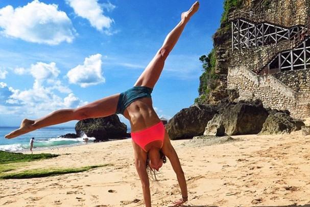 Amanda praticando ioga no Instagram (Foto: Reprodução/Instagram)