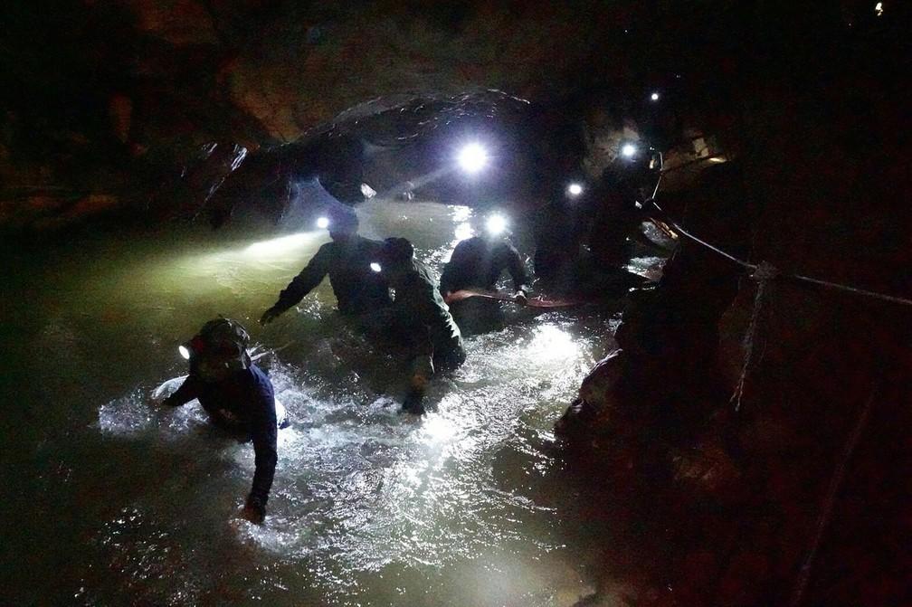 Foto tirada pela marinha da Tailândia mostra navegadores em caverna de parque florestal (Foto: Thai Navy/ AFP)