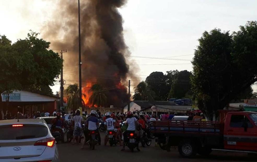 Grupo ateou fogo em prédios públicos (Foto: Raolin Magalhães/Rede Amazônica)
