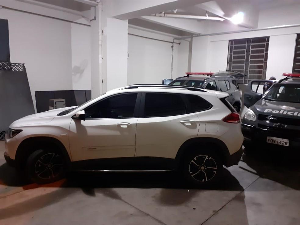 Carro roubado durante assalto em Marília (SP) foi encontrado abandonado pelos policiais — Foto: Polícia Militar/ Divulgação