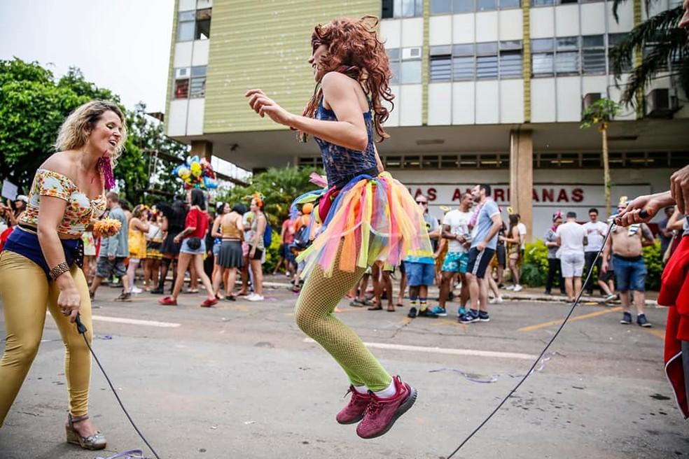 Mulheres fantasiadas brincam de pular corda durante o carnaval de 2019 no Setor Comercial Sul, em Brasília — Foto: Secretaria de Cultura do DF/Divulgação