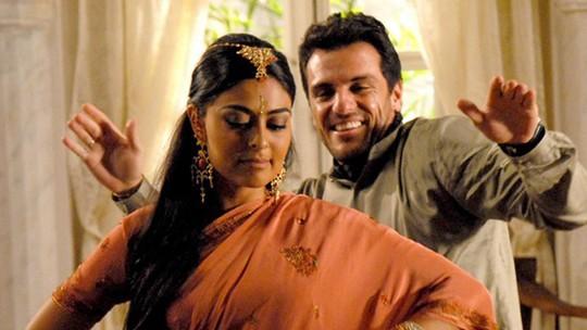 Aprenda a dançar o famoso bollywood, de 'Caminho das Índias'