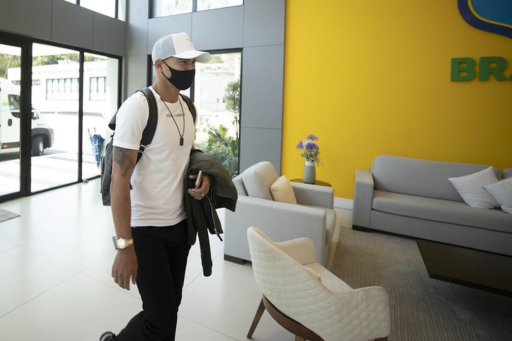 Zagueiro Thiago Silva na chegada à Granja Comary — Foto: Lucas Figueiredo / CBF