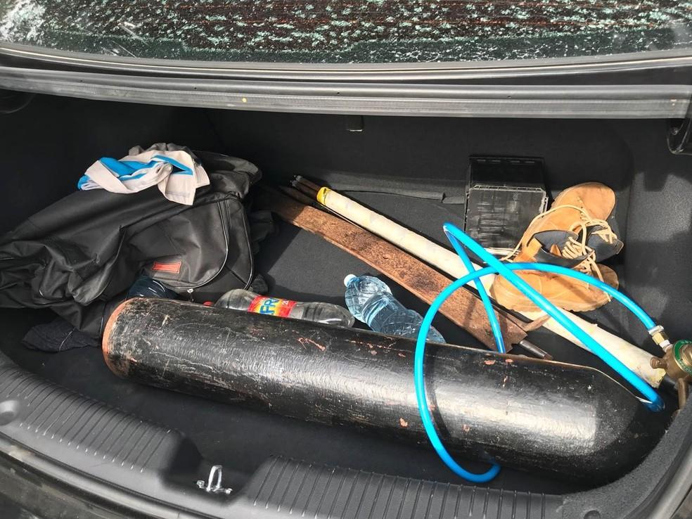 Na mala do carro, policiais encontraram material que é comumente usado para arrombar caixas eletrônicos  (Foto: Kleber Teixeira/Inter TV Cabugi)