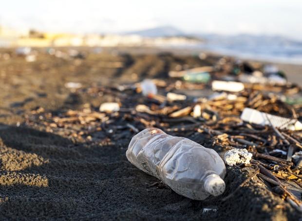 Plástico em formato de lixo em praia (Foto: Thinkstock)