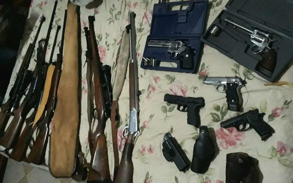 Armas apreendidas na Operação Paiol, deflagrada pela Polícia Civil do DF contra o tráfico de armas (Foto: Polícia Civil/Divulgação)