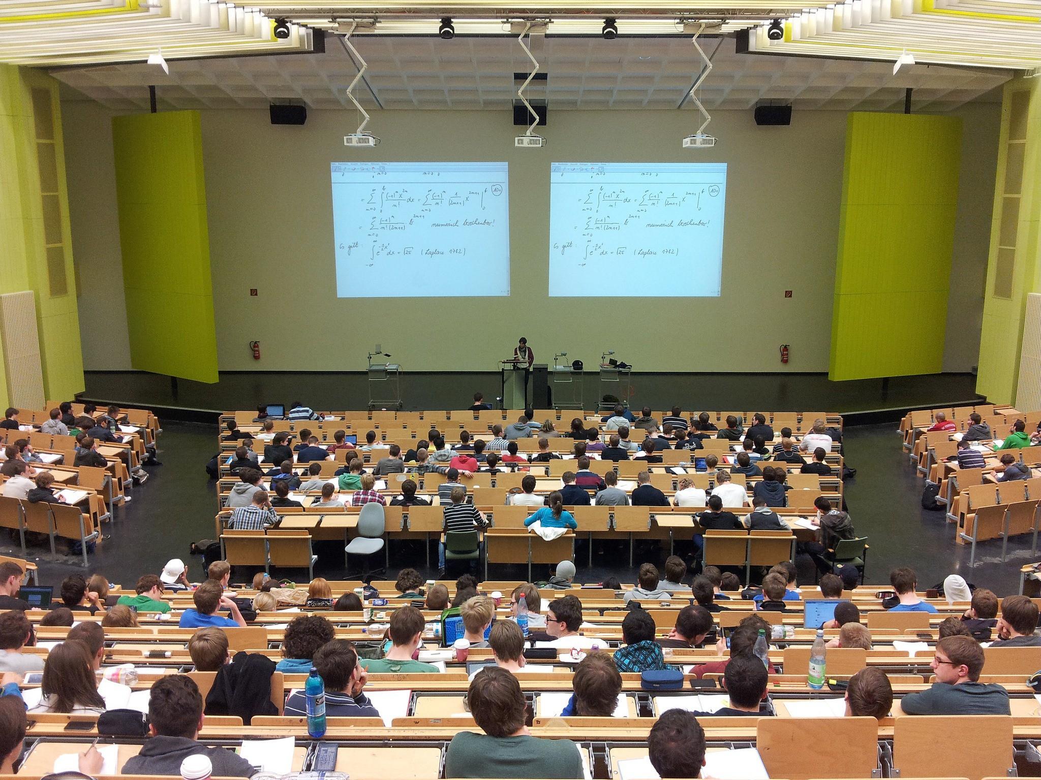 Professor em sala de aula (Foto: Divulgação/University Lecture Campus Education by nikolayhg)