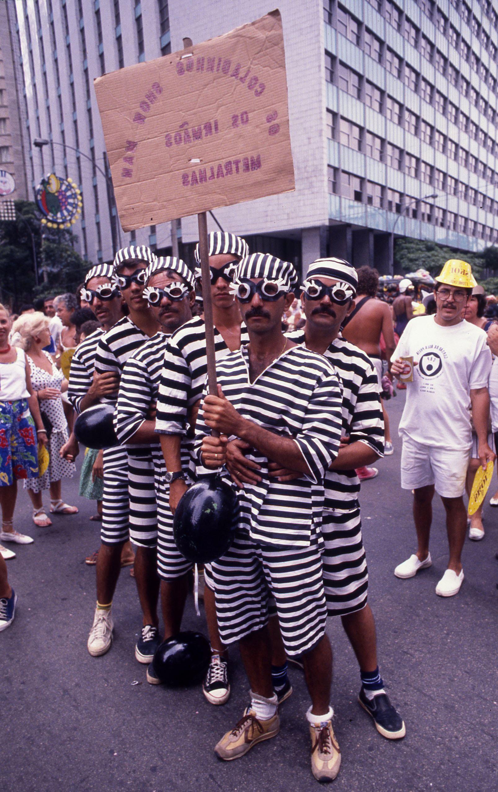 Grupo fantasiado de Irmãos Metralha no Cordão do Bola Preta de 1989