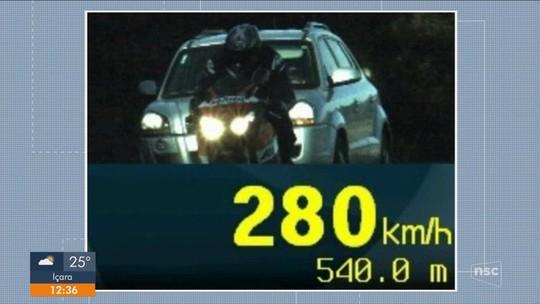 Motociclista é flagrado pela polícia a 280 km/h em rodovia da Grande Florianópolis