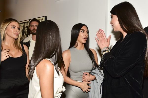 Kim, Kourtney (de costas) e Scott no fundo (Foto: Getty Images)