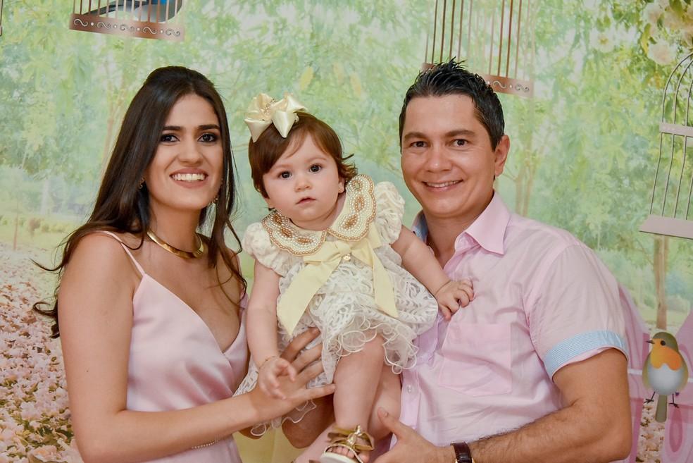 A pequena Maria Helena com os pais Ana Flávia e Samuel ao completar seu primeiro ano em Rifaina, SP — Foto: Divulgação/Arquivo Família