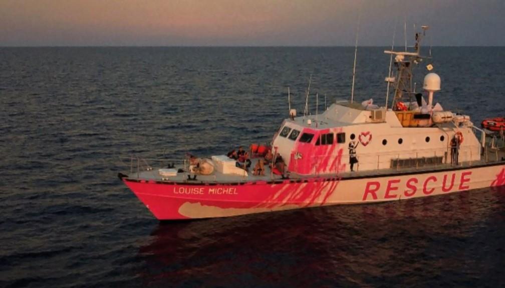 Foto, retirada de um vídeo neste sábado (29), mostra o navio de resgate 'Louise Michel', do artista de rua Banksy, no Mar Mediterrâneo. — Foto: TWITTER ACCOUNT MVLOUISEMICHEL / AFP