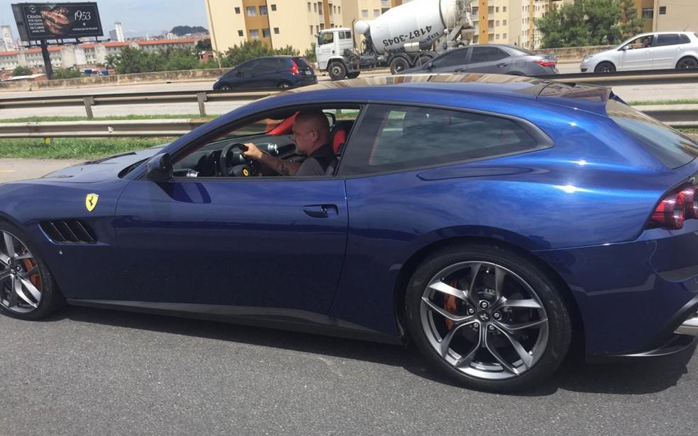 Ferrari apreendida em operação do Deic �- Foto: Abraão Cruz/TV Globo