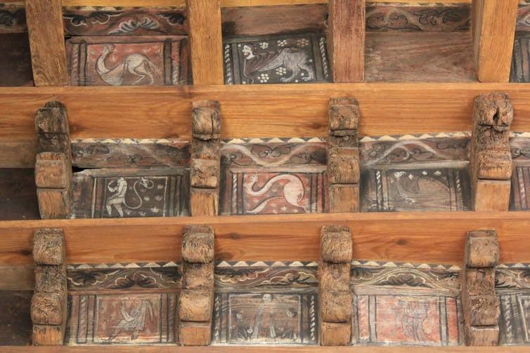 O teto da Catedral de Saint-Léonce retrata uma série de criaturas monstruosas (Foto: The Conversation / Peter C. Mancall)