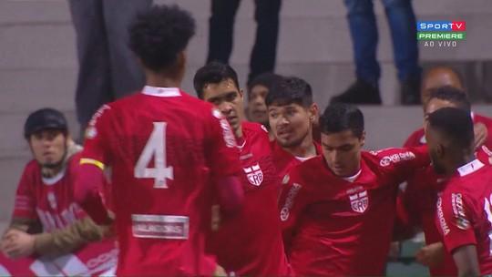 Gol do CRB! Aos 9 minutos, após corta-luz, Felipe Ferreira aproveita e chuta no cantinho