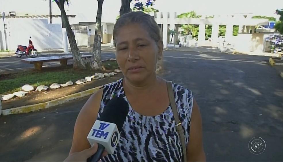 Diarista Rosa Maria Almeida Rodrigues alega que sua família perdeu três túmulos de cemitério em Itararé (Foto: Reprodução/TV TEM)