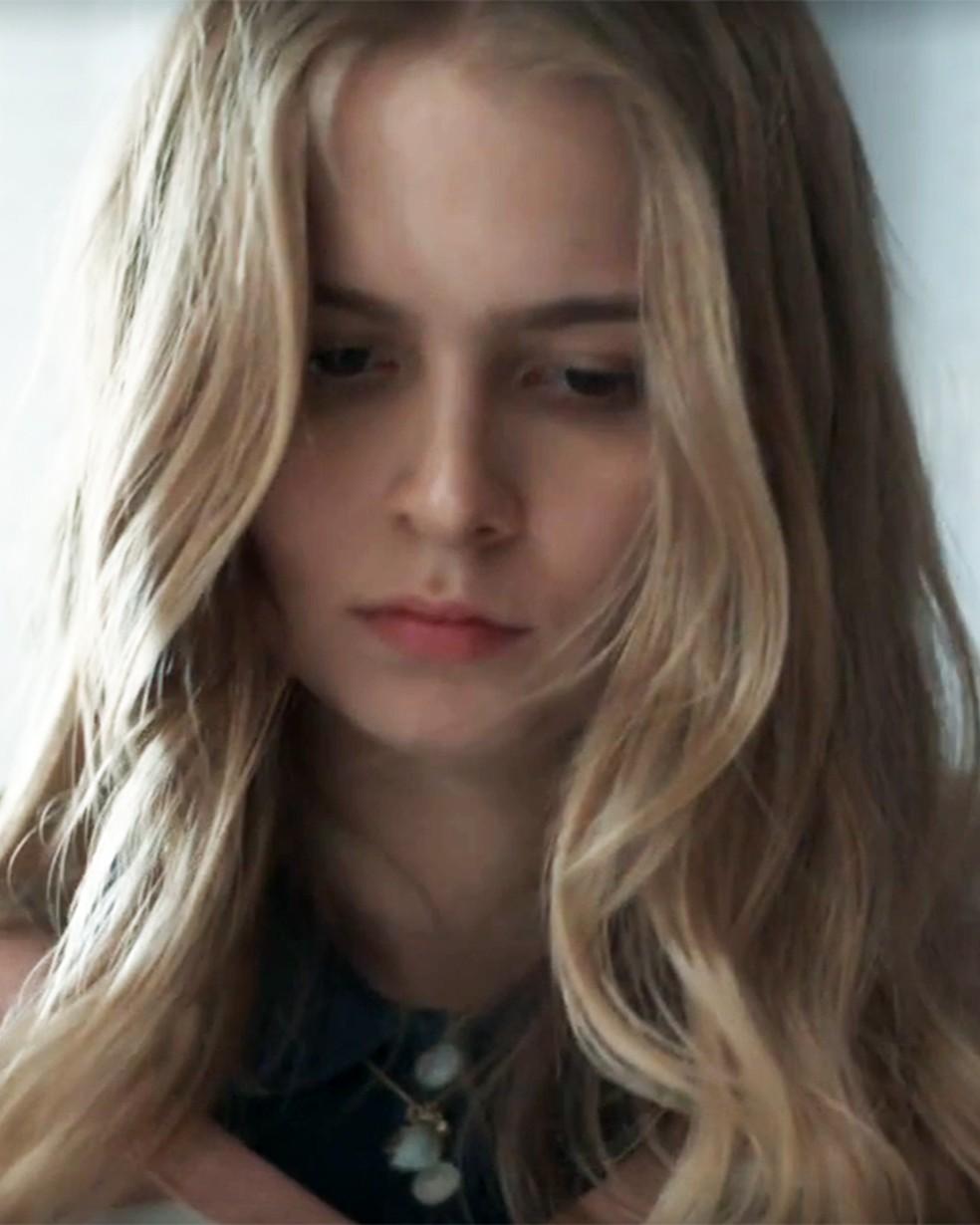 Clara (Isabella Scherer) mostra marcas no corpo em 'Malhação - Viva a Diferença' — Foto: Globo