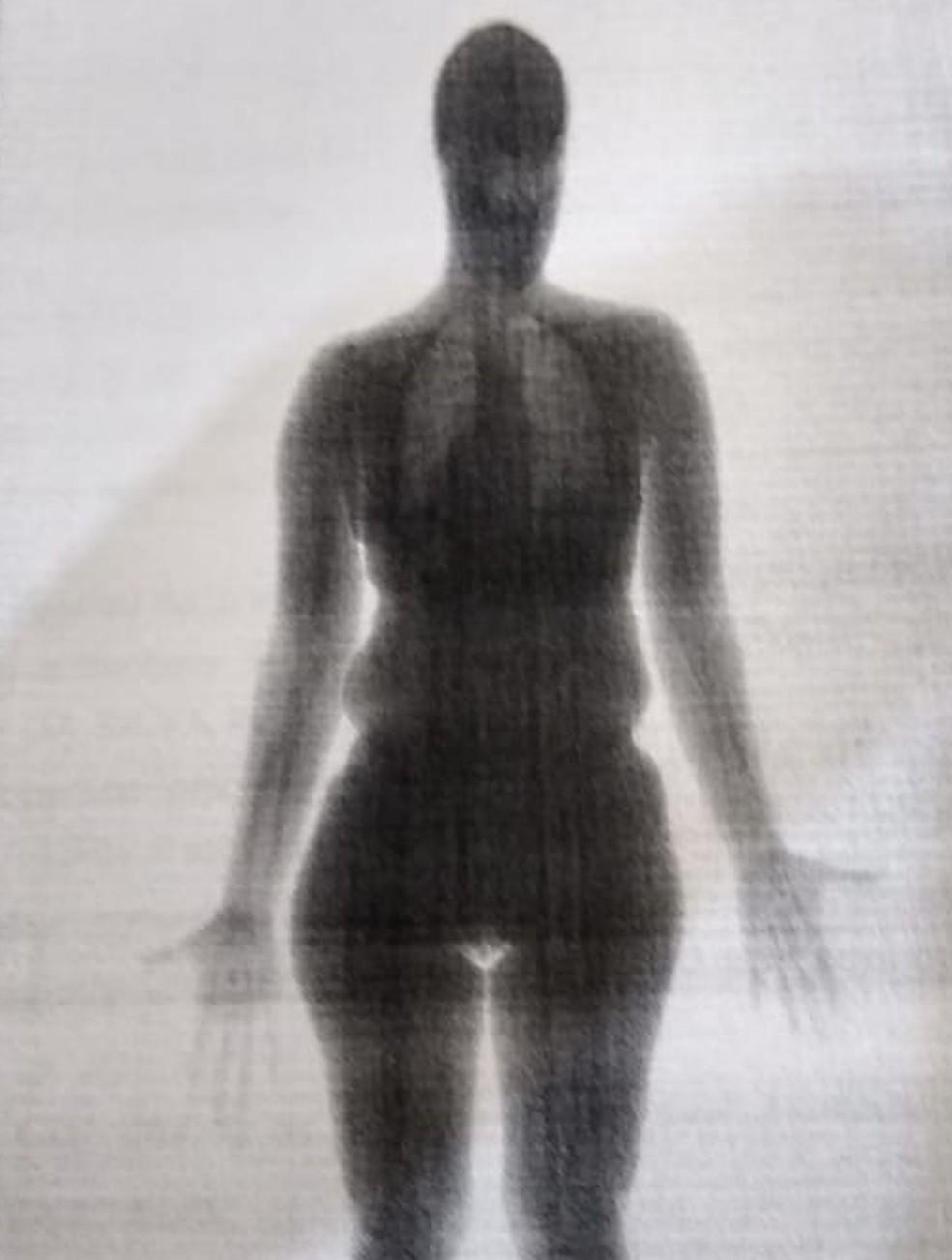Scanner alertou que havia algo escondido nas partes íntimas da mulher — Foto: Reprodução