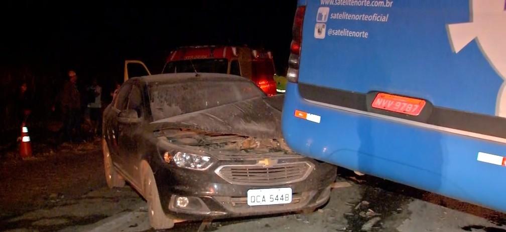 Terceiro veículo bateu na traseira do ônibus na BR-163 em Diamantino — Foto: TV Centro América