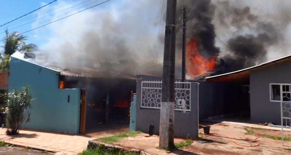 Fogo destruiu casa, em Foz do Iguaçu — Foto: Enrique Alliana