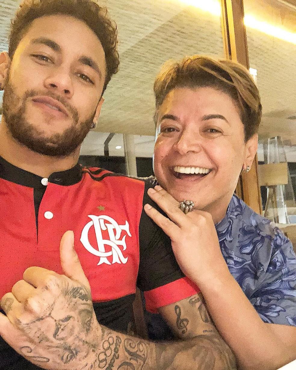 Neymar posa com camisa do Flamengo ao lado de David Brazil (Foto: Reprodução/Instagram)