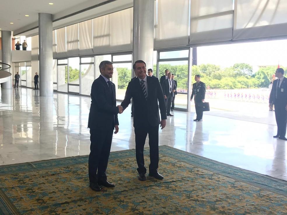 Bolsonaro cumprimentou Abdo na entrada do Palácio do Planalto, antes de seguir para uma reunião com o presidente paraguaio — Foto: Guilherme Mazui/G1