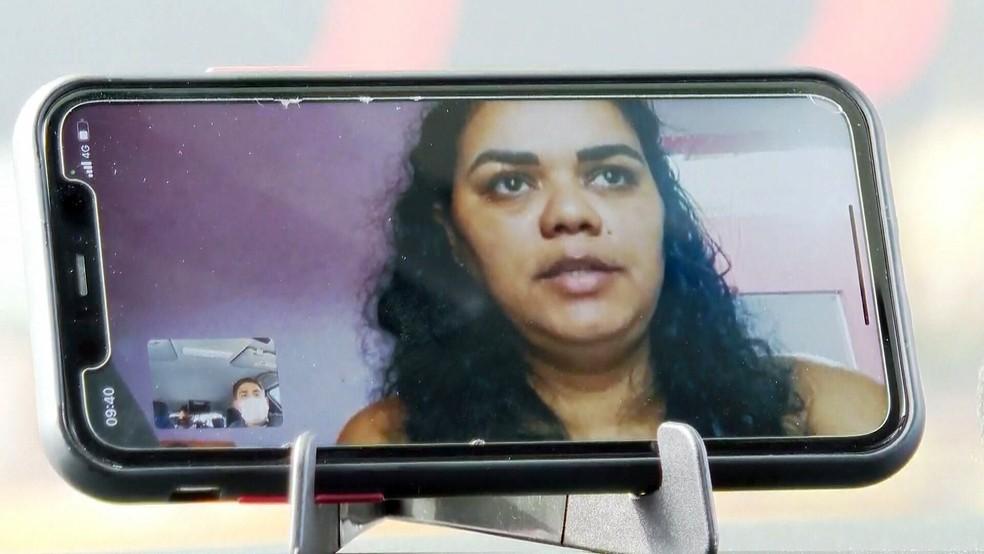 A dona de casa Alessandra Sampaio e a filha de 2 anos foram vítimas de ladrões de ônibus — Foto: Reprodução/TV Globo