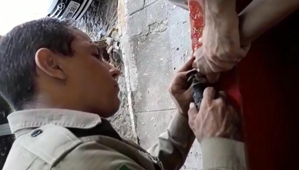 Bombeiros serram anel no dedo de mulher para evitar necrose após ela sofrer picada de abelha e ter a mão inchada (Foto: Corpo de Bombeiros/Reprodução)