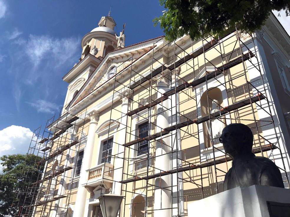 Busto do padre em frente à paróquia, no centro de Amparo (Foto: Murilo Borges)