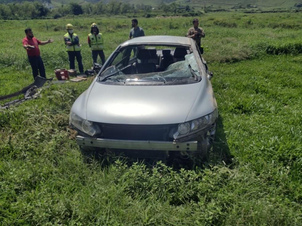 Carro capotou em uma estrada rural de Brusque (SC) — Foto: Polícia Militar/Reprodução