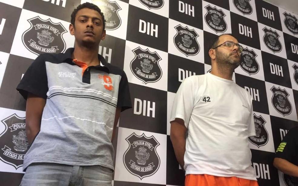 Servidor público Eduardo dos Santos (de camiseta branca) e o comparsa, Jhony Dias, são presos por homicídios  (Foto: Murillo Velasco/ G1)