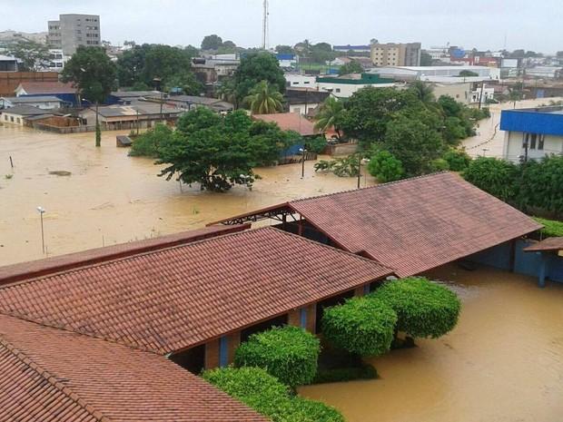 Vários bairros de Ji-Paraná estão alagados, dizem Bombeiros (Foto: Reproduão/ Whatsapp)