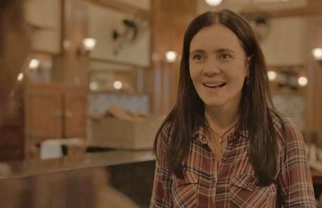 Na quinta (26), Thelma (Adriana Esteves) será enganada por Gabo (Felipe Duarte), que usará o restaurante dela para ajudar Marconi (Douglas Silva) Reprodução