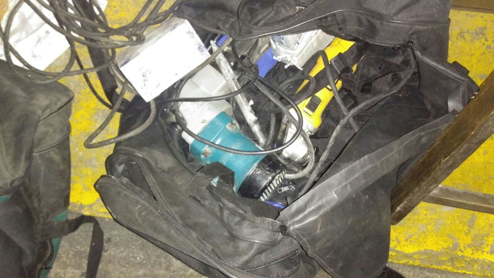 Maleta de ferramentas foi utilizada por quadrilha para roubar o cofre de uma agência bancária em Santos, SP. (Foto: G1 )