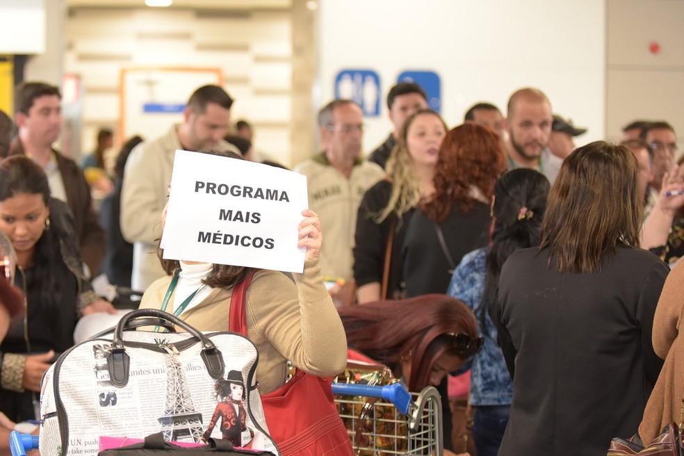 Recepção de médicos do Mais Médicos em aeroporto de MG (Foto: Marcus Ferreira/SES-MG)