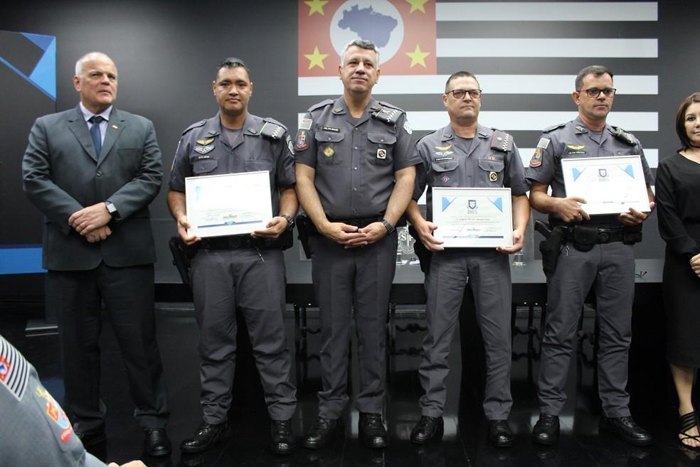 Policiais militares que prenderam suspeitos de assaltar e matar idoso em Bariri recebem homenagem em SP — Foto: SSP/Divulgação