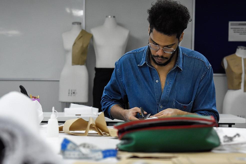 Aluno do curso de costureiro, do Senac, recorta tecido para confecção — Foto: Senac DF / Divulgação