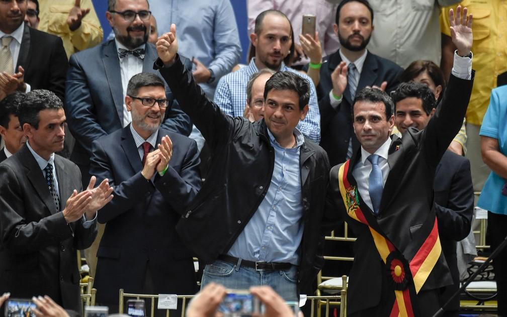 O líder oposicionista Henrique Capriles (direita) posa ao lado do candidato ao governo de Miranda, Carlos Ocariz, durante comício em Caracas, na quarta-feira (11) (Foto: Juan Barreto/AFP)