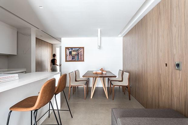 Painel de madeira transforma apartamento de 70 m² (Foto: Eduardo Macarios)