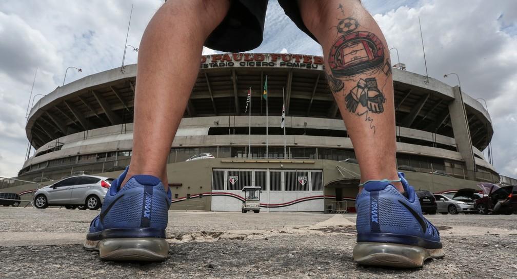 Tattoo na batata direita de Thiago inclui, além do Morumbi visto do alto, uma bola de futebol, uma chuteira, luvas de goleiro e um apito (Foto: Fábio Tito/G1)